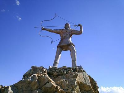 `تندیس آرش کمانگیر بر فراز تپه ی چغا