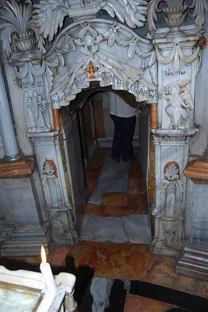 Придел Ангела, вход в придел Святого Гроба Господня.  Согласно преданию, мироносицам о Воскресении Христа возвестил...