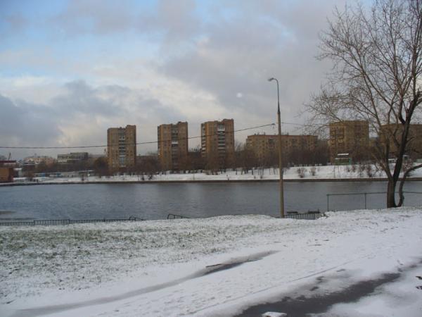 Кожуховский пруд - часть старого русла Москва-реки Не замерзает зимой.  По совместительству - отстойник.
