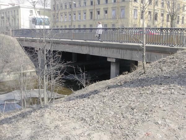 Бумажный мост в Санкт-Петербурге через канал соединяет Лифляндскую улицу...