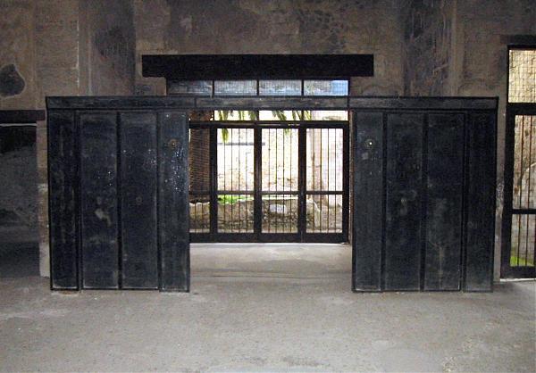 Casa del mobilio carbonizzato ercolano for Mobilio completo casa