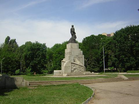 Госзакупок. памятник в городе Саратове. Соответствующий запрос