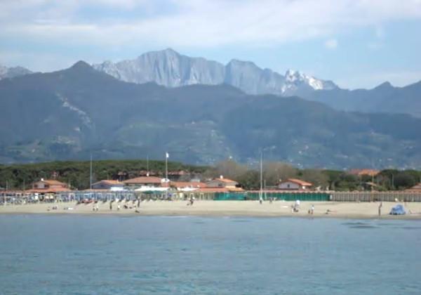 Il pontile di marina di massa - Bagno paradiso marina di carrara ...
