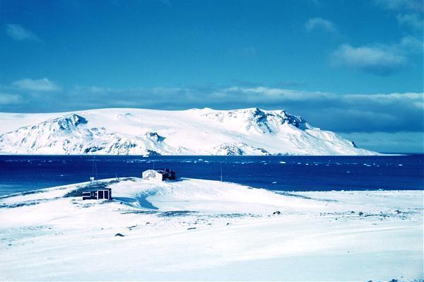 乔治岛是南设得兰群岛其中最大的岛屿,位于6223S, 5827W ,120公里附近的海面上。目前,乔治王岛已经有阿根廷,巴西,智利,中国,韩国,秘鲁,波兰,俄罗斯,乌拉圭等国建立的南极科学考察站对该地区进行生物学,生态学,地质学和古生物学的研究。