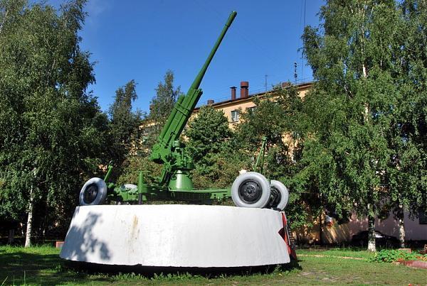 """World.  Памятник воинам противовоздушной обороны, в народе называемый  """"зениткой """". ."""