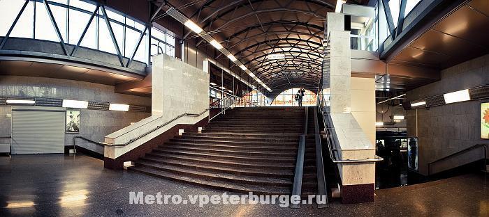 Leningrad.  Russia. станция метрополитена, конечная остановка (станция) общественного транспорта, нежилое здание.