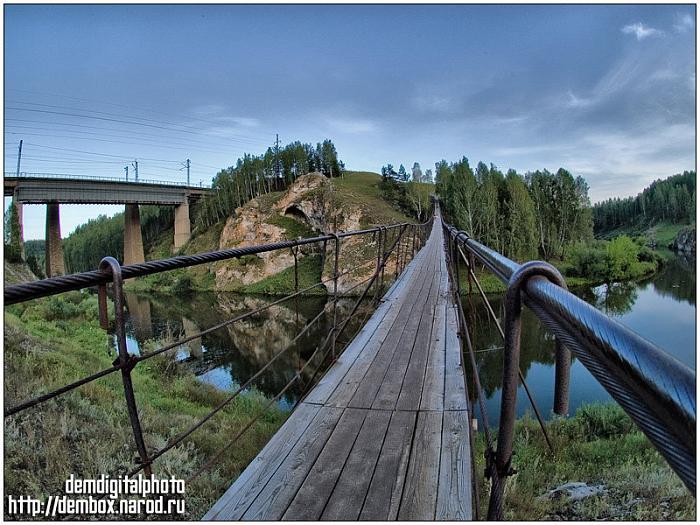 Висячий мост через реку