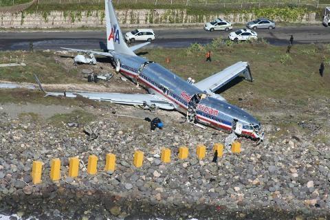 american airlines flight 331 runway overshot plane crash