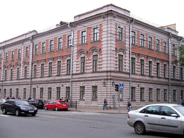 Школа имени Крылова в центре