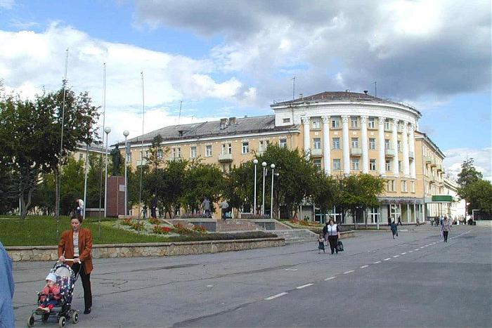 Shop, apartment building located at ulitsa Mira in Tryokhgorny. uli…