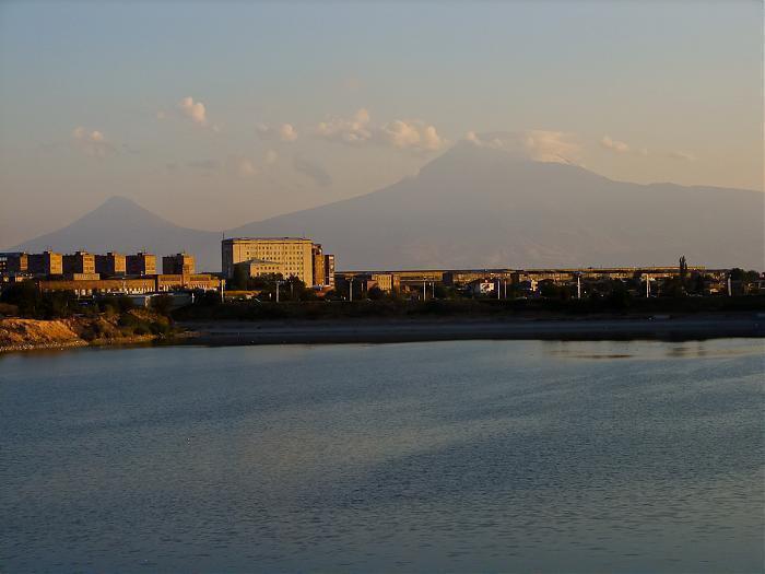 Երևանյան լճում նավակ է շրջվել
