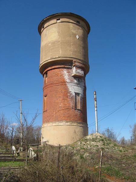 Башни запахом сероводорода летом с вода из водонапорной