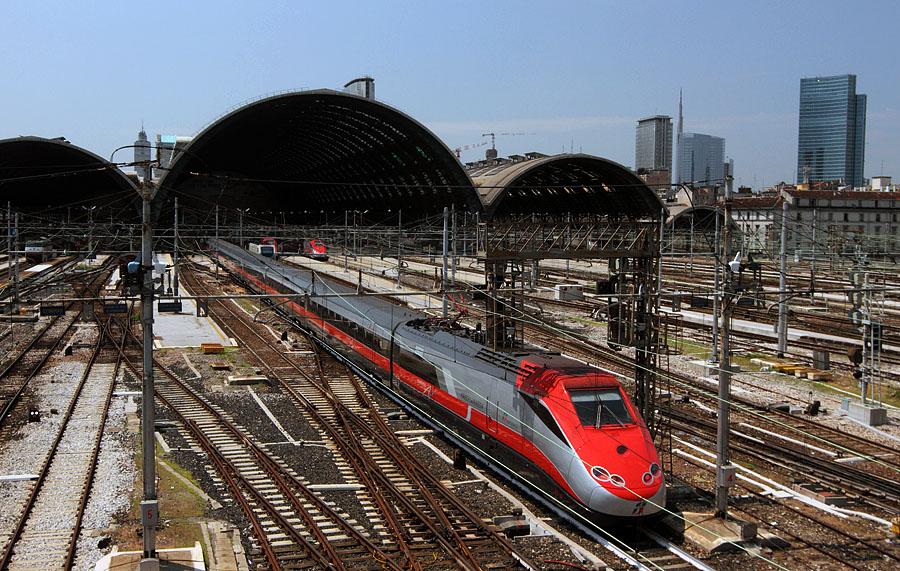 Центральный ж.-д. вокзал Милана (итал.  Milano Centrale) является одним из крупнейших вокзалов Европы.