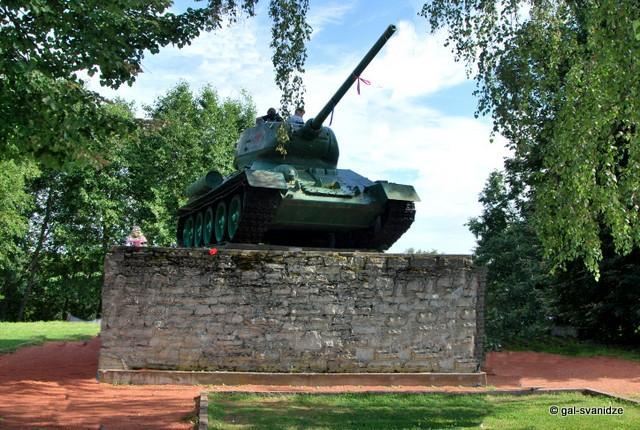 Памятник Танк на берегу Наровы