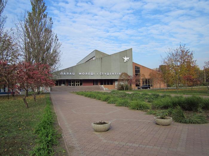 Здесь есть концертный зал на мест, лекторий на мест, комнаты для студийных занятий, танцевальный зал, кинотеатр, кафе.
