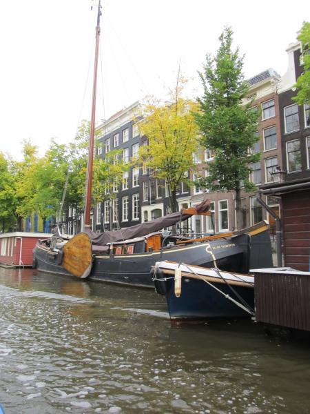 жилые лодки в амстердаме