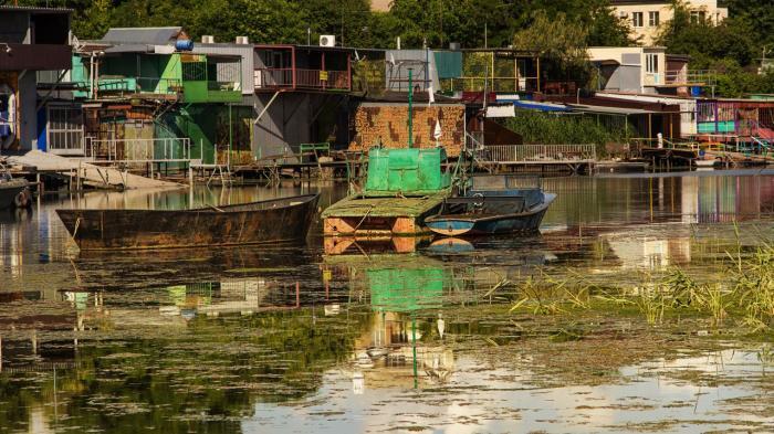 лодочная стоянка на зеленом острове в ростове