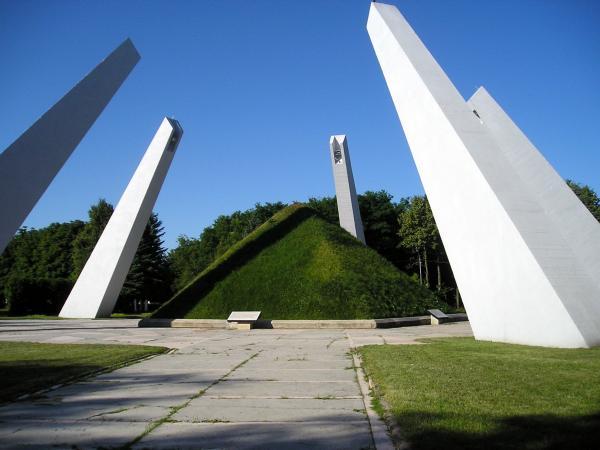 Он проходит в стране накануне 75-й годовщины победы в Великой Отечественной войне.