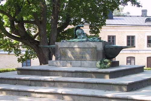 Courtyard and the tomb of Augustin Ehrensvärd - Helsinki | monument, grave