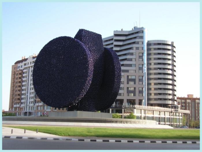Rotonda Con Escultura De La Dama De Elche Obra De Manolo Valdes